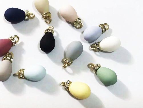 专业生产无孔、单孔、双孔、半圈、半面、水滴、异形、半面桃心、玻璃等各型工艺品用珠