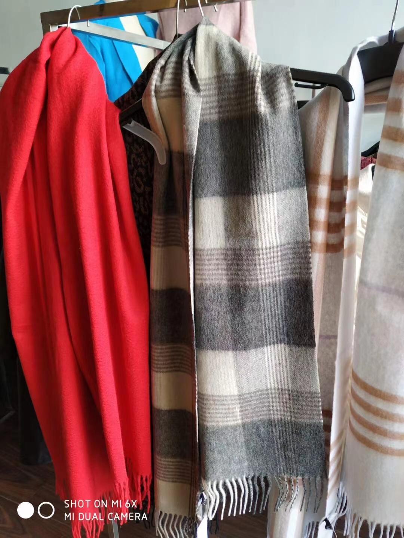 电商下架围巾🧣150000条,大货已定,羊绒和巴黎莎面料,品质非常好👍90%独立包装,清货便宜,过几天拉回仓库就涨价