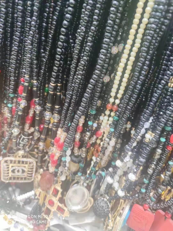 精品饰品专卖店倒闭,银饰品耳环15000左右,钛金项链12000左右,部分蜜蜡其它项链,都是有包装精品,清货秒杀1.8需要速度,过两天就放假了……